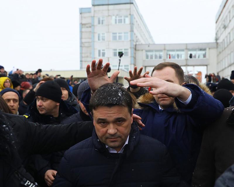Мусорный бунт в Волоколамске 2018 год губернатора забросали снежками